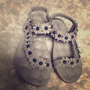 Flower detail sandal